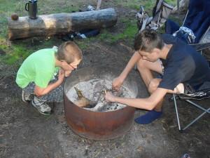 Jason en Ryan proberen het vuur weer aan te krijgen.