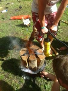 Pivo's bouwen een Lets vuur.